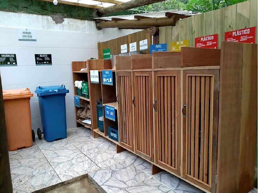 Estação Lixo Zero, nos fundos da cozinha: resíduos separados por tipo em ambiente organizado e limpo